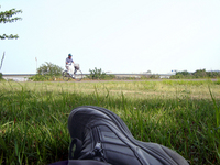 多摩川土手110522(疲れて足伸ばす)